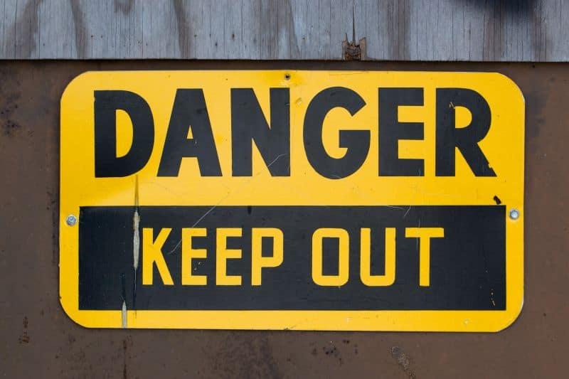 Seguridad industrial: señales de peligro en fábricas